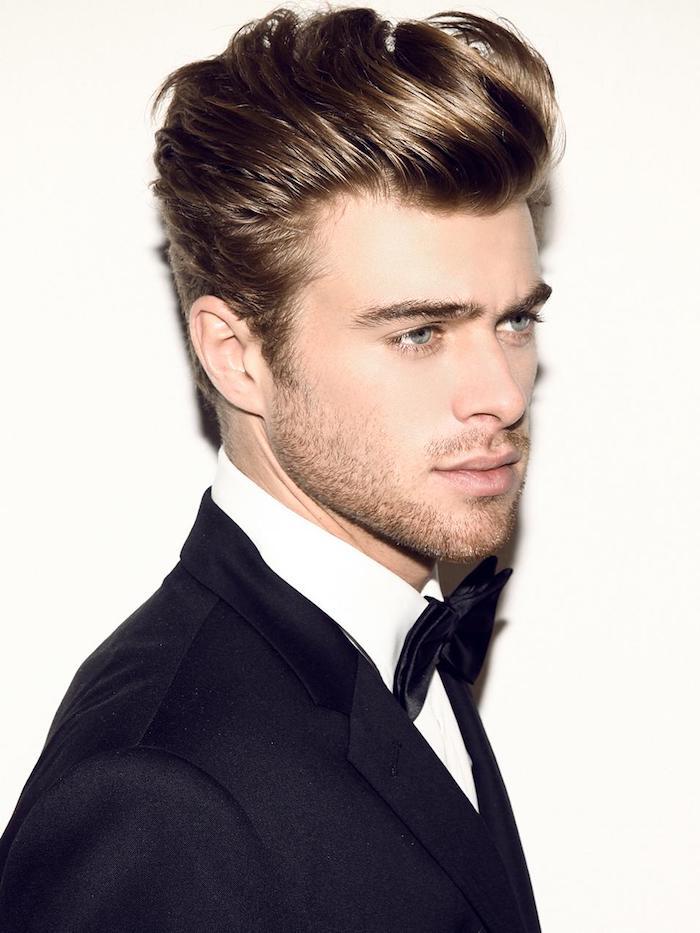 modele de coiffure, chemise blanche avec papillon et blazer noir, coiffure avec frange up en blond foncé