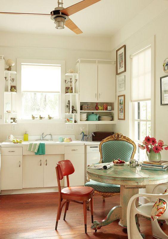 style shabby chic comment faire, façade cuisine blanche, table ronde vintage, chaises vintage chic, parquet en bois marron