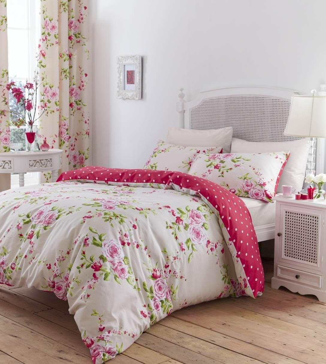 chambre shabby chic, lit blanc paré de linge de lit fleuri et rideaux a motifs floraux, parquet en bois, mur couleur blanche