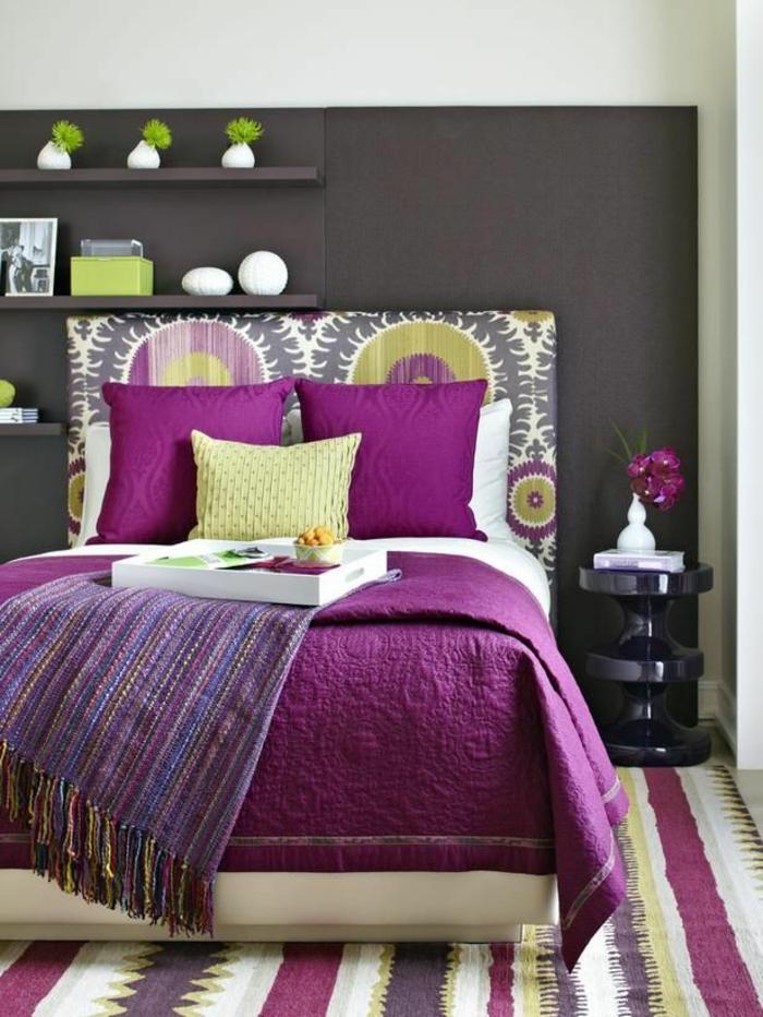 deco chambre couleur violet aubergine avec une peinture gris ...