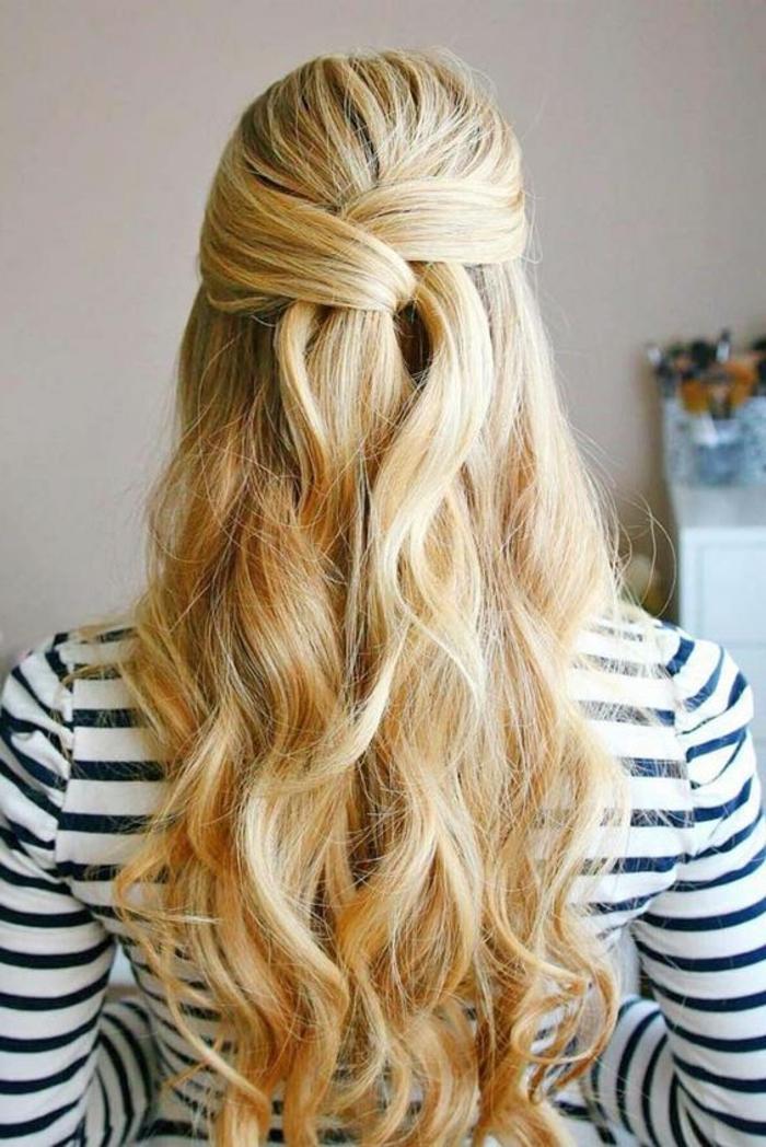 mèches de devant entrecroisées derrière, cheveux bouclés, idée coiffure facile et rapide, cheveux longs blonde