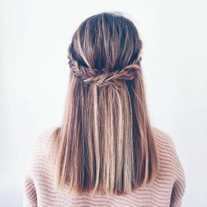 une couronne de tresse en épi qui réunit les mèches de devant, cheveux lisses lâchés, idée de coiffure femme élégante