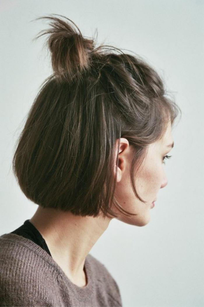 idée coiffure cheveux mi long, un demi chignon hait décoiffé, volume sur le dessus, cheveux lisses, carré court