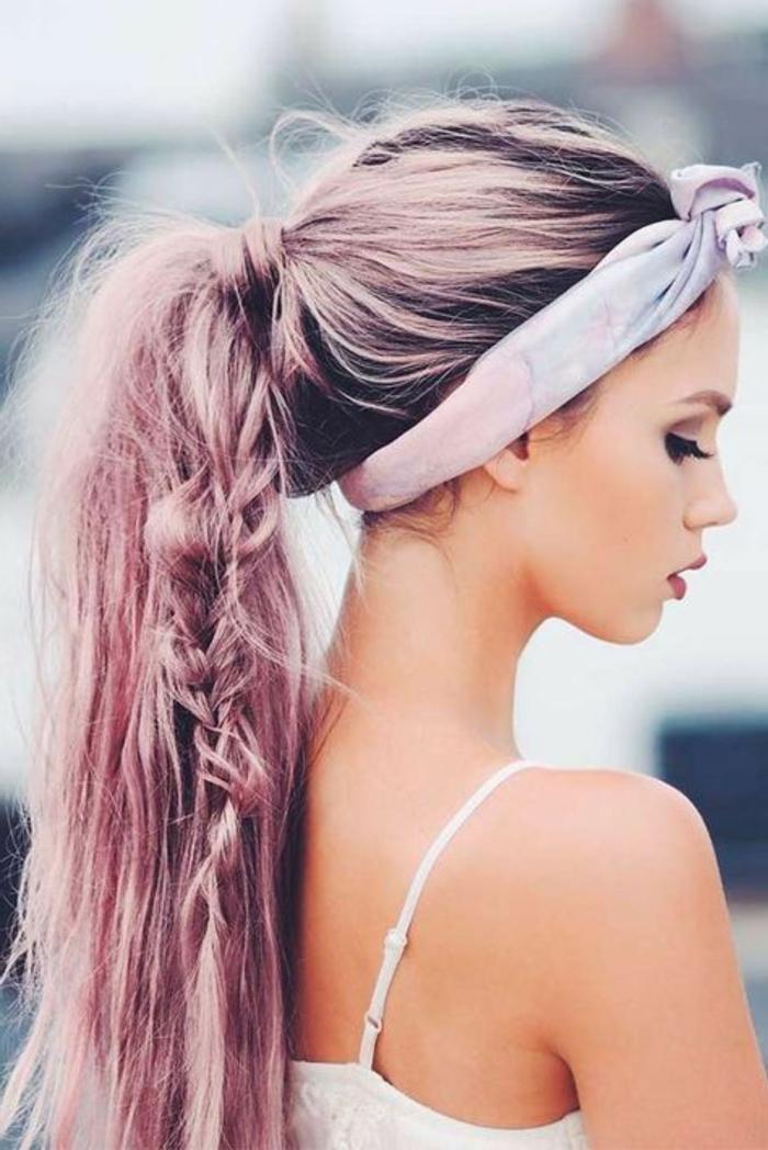 idée coloration rose, coiffure facile a faire, queue de cheval avec une tresse bohème dedans, bandeau de tête