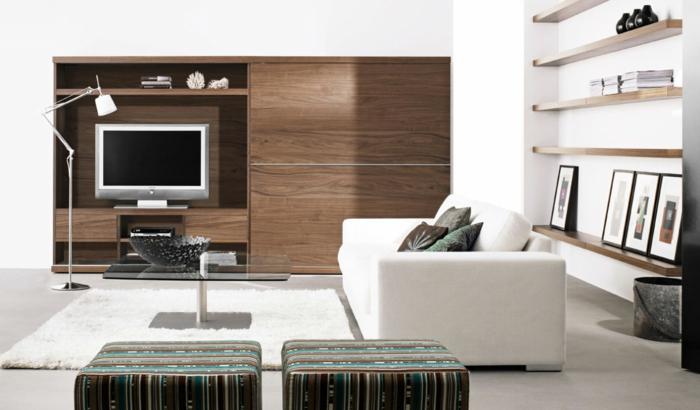 idée deco salon moderne, sofa aux lignes droites, tabourets originaux, rayons muraux en bois