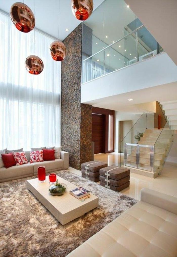 idée decoration salon, séjour à haut plafond, lampes cuivrées, coussins déco et vases rouges