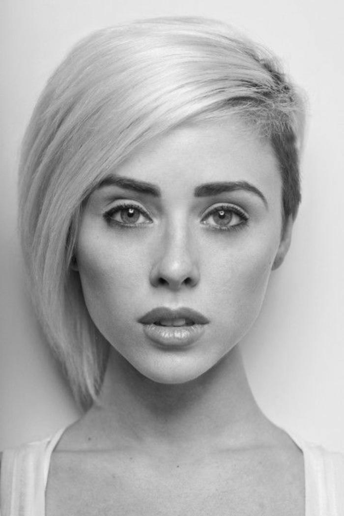 idée coiffure asymétrique, coloration blond platine, coupe courte femme mèche longue de coté et coté rasé