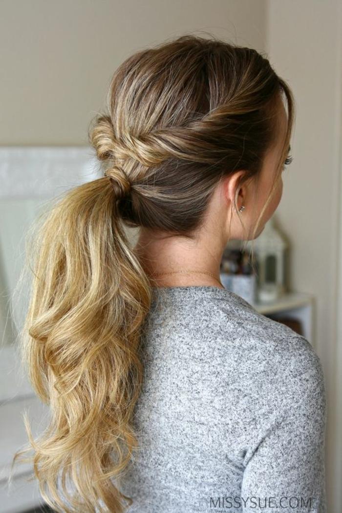 queue de cheval, avec des mèches de devant entortillées et ramenées derrière, idée coiffure facile à réaliser sur des cheveux longs bouclés