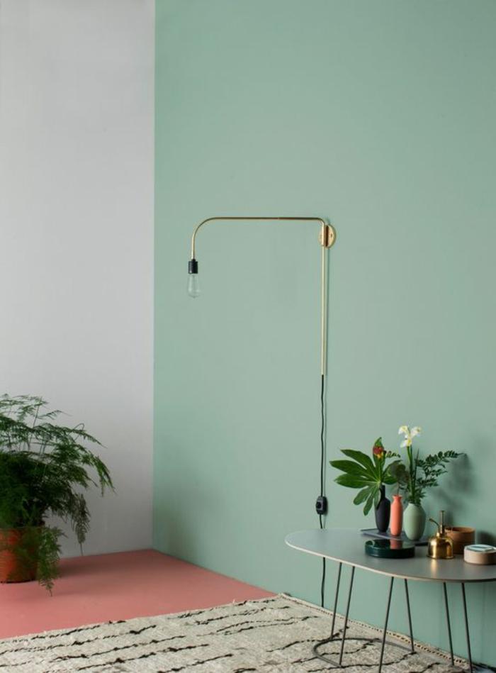 peinture couleur vert d eau pour un mur d accent et revêtement sol couleur rose saumon, tapis blanc cassé, table basse d appoint et deco de fleurs