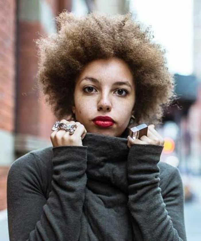 idée de coupe de cheveux courte femme afro, idée comment coiffer des cheveux frisés, cheveux chatain clair