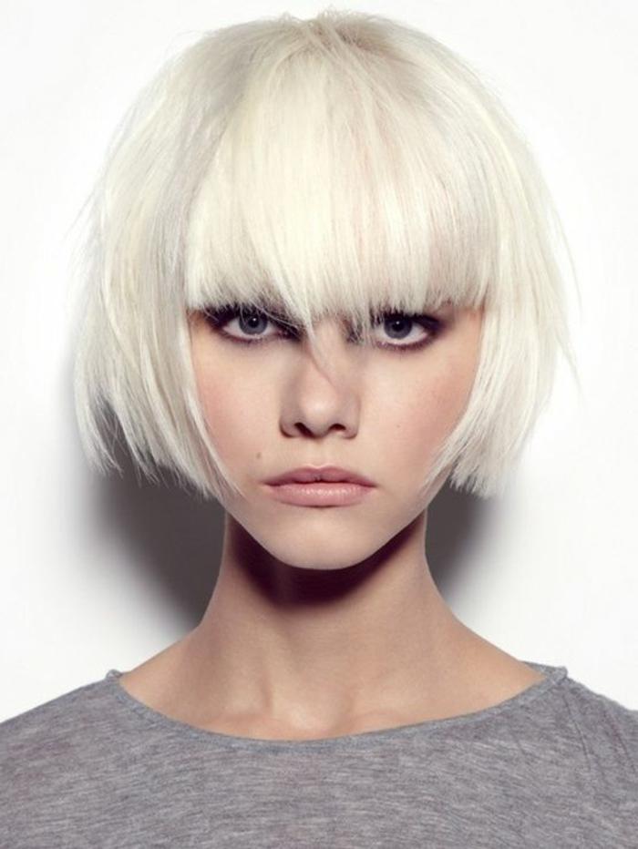 coupe de cheveux courte femme, coloration blond polaire, carré avec frange longue sur le front
