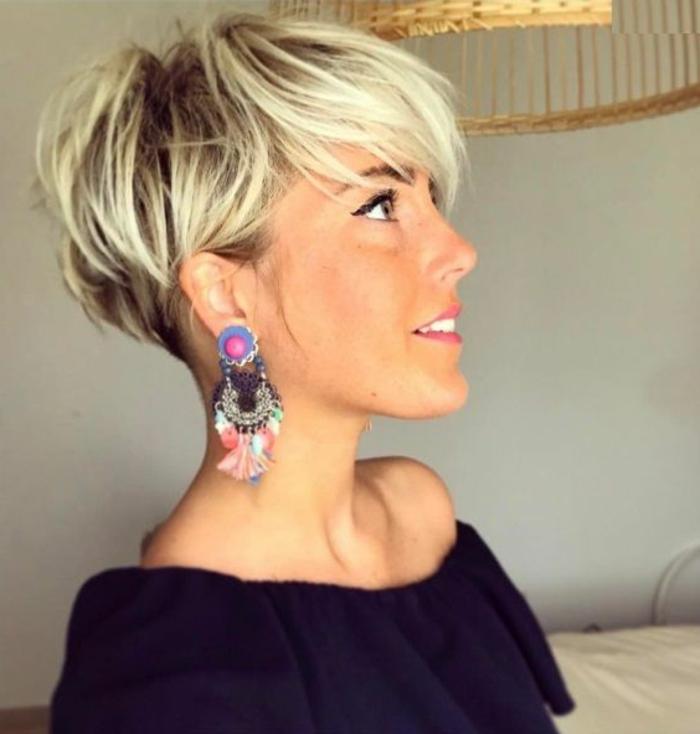 coupe de cheveux court femme, balayage blond, idée de coiffure court de derriere, longue de dessus