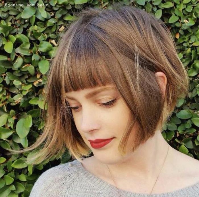 idée de coupe courte femme, carré plongeant court, cheveux blond foncé, frange sur le front