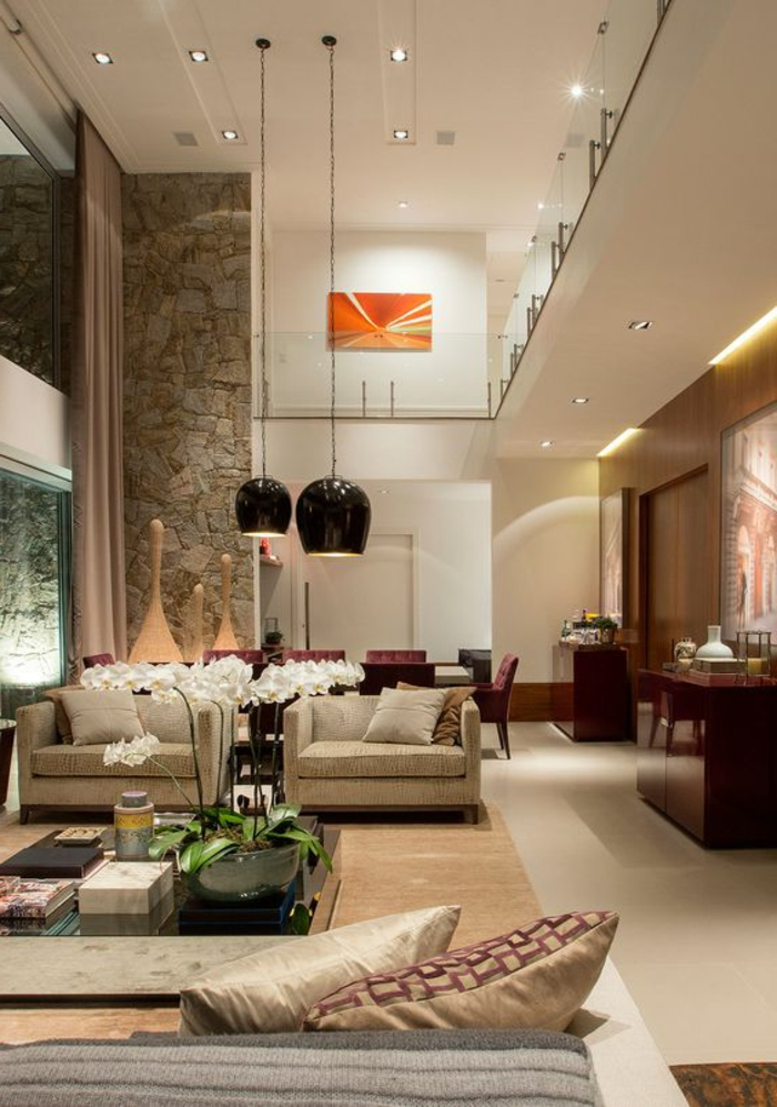 idée deco salon, lampes suspendues noires, fauteuils couleur beige clair, grande orchidée