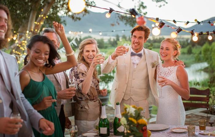Le jour de mariage belle photo la mariée le marie et les invités