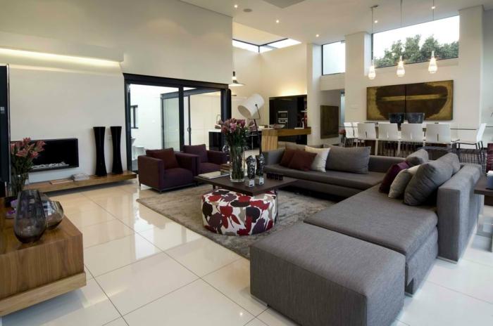 idées déco salon, carrelage blanc, grand sofa modulable, tv murale, coin de déjeuner