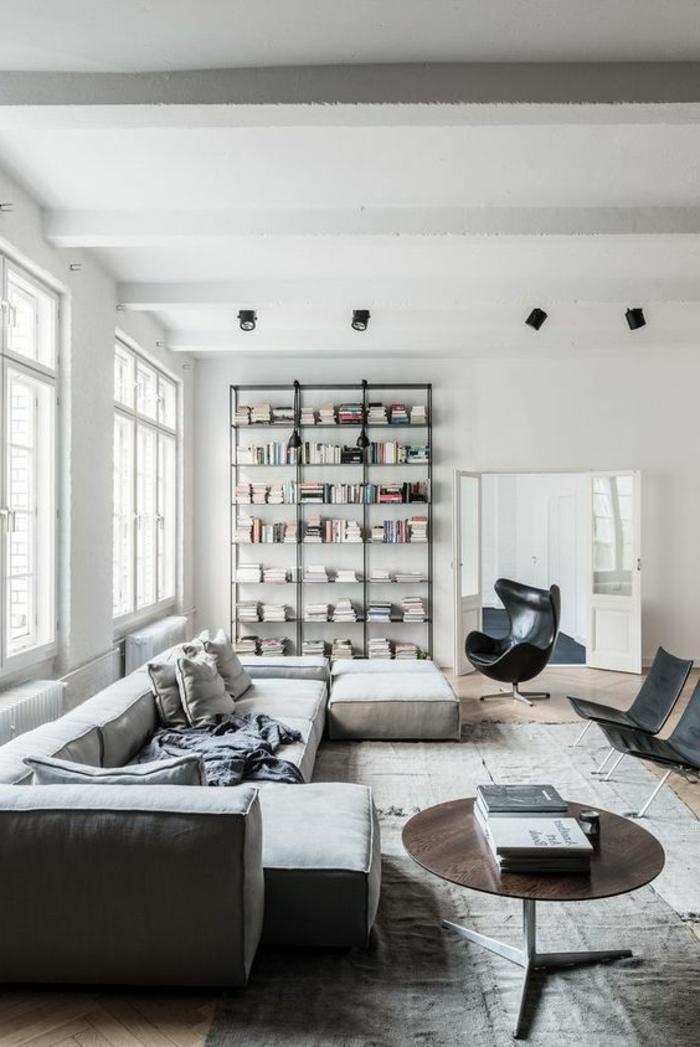 idées déco salon, sofa confortable, table ronde, chaise oeuf noire, étagère minimaliste