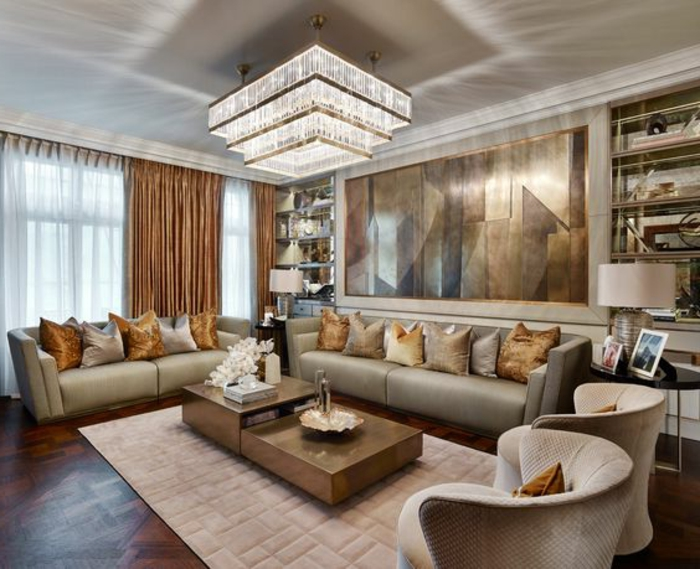 idées déco salon, luminaire en cristal à étages, coussins en couleur gris et sable, tables basses