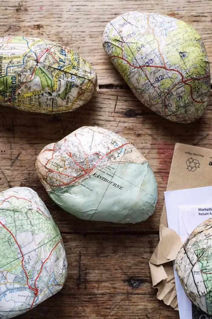 des galets décorés avec une ancienne carte, idée originale pour un bricolage enfant avec découpage