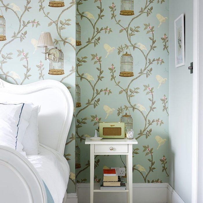 chambre shabby chic, decoration papier peint motif chinoiseries, cages d oiseaux motif, lit et linge de lit blancs, table de nuit blanche