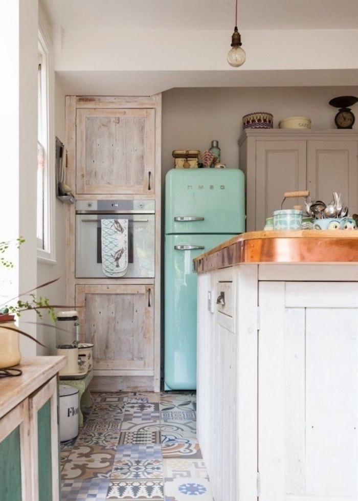 style shabby chic récup, carrelage motifs marocains patchwork, ilot de vuisine en bois blanc, frigo vintage, meubles cuisine en bois brut