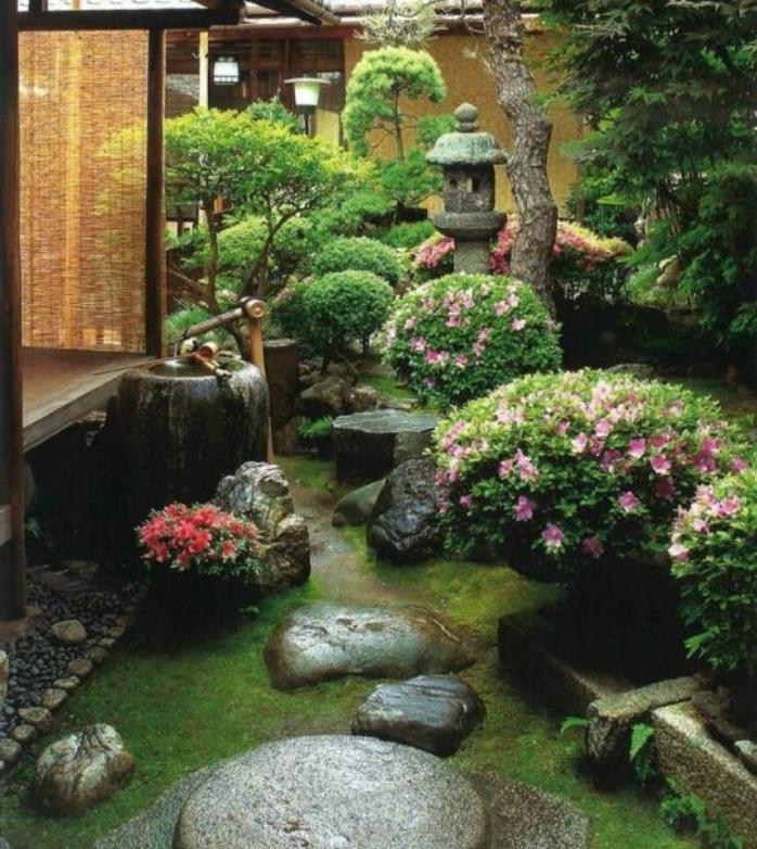 idée amenagement jardin zen miniature, chemine de pierres, arbustes et buis fleuris, lanterne, lampe en pierre, arbres