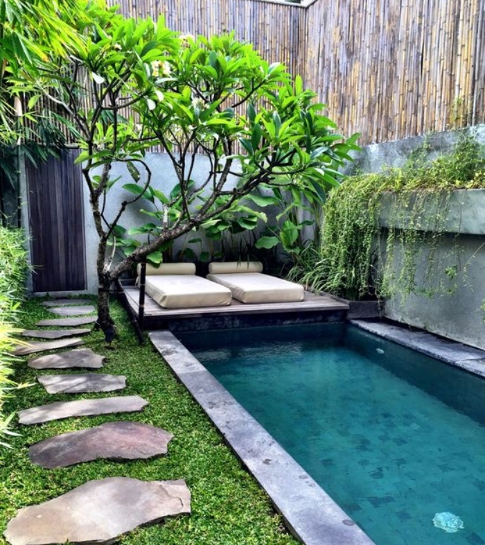déco de jardin zen, chemins de pierres, un miroir d eau, bassin, arbre, feuilles vertes, espace repos avec des matelas, mur en bambou