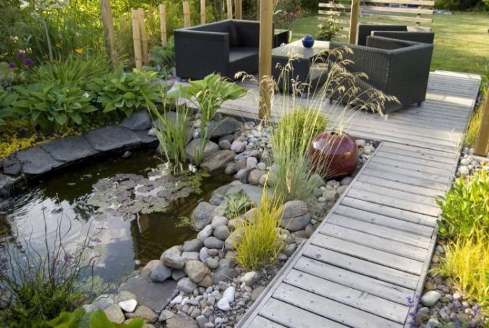 déco de jardin zen, bassin d eau, entouré de pierres, chemin et coin détente en bois de teck, salon de jardin, coin repos