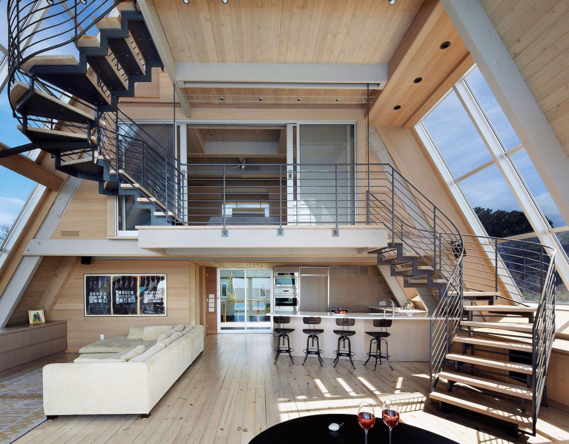 idée de petite maison fonctionnelle, cuisine avec ilot blanc, parquet clair, canapé blanc, meuble tv en bois marron, escalier tournant et chambre a coucher second étage