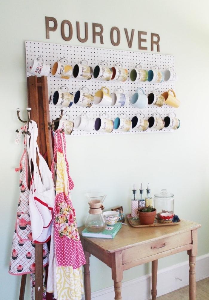 idée astuce rangement cuisine pour tasses à thé à partir un panneau perforé, patere et console en bois