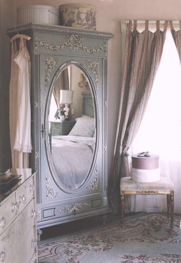 chambre shabby chic, tapis bleu a motifs floraux, armoire gris avec miroir intégré, boites de rangement vintage, chambre style baroque