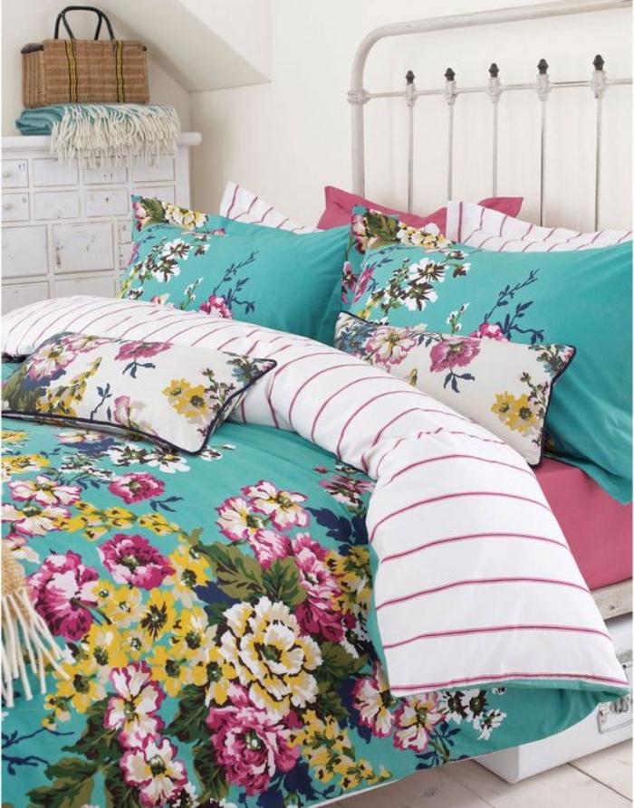 lit metallique, linge de lit bleu a motifs floraux multicolores, meuble de rangement blanc, parquet en bois clair, style shabby chic comment faire