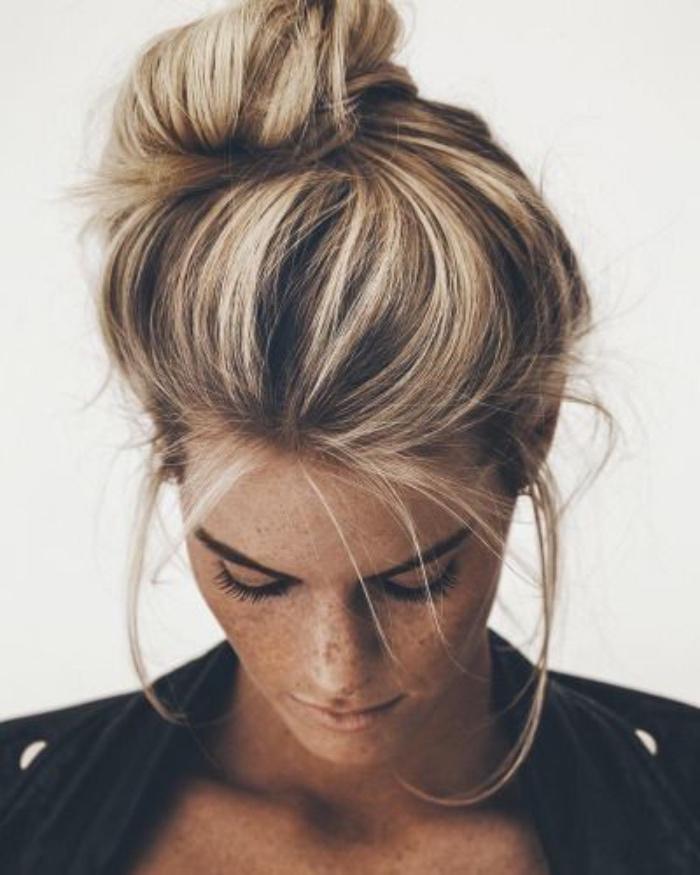 coiffure simple et rapide chignon facile décoiffé haut, avec des mèches libres, cheveux balayage blond