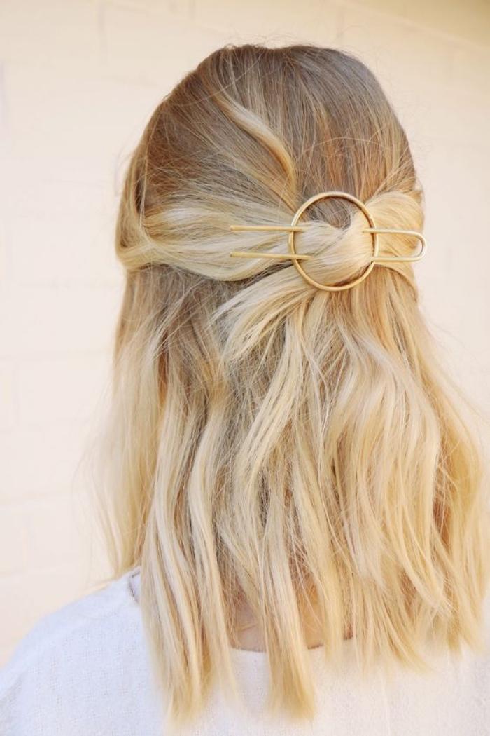 une pince originale, accessoire cheveux femme pour attacher les mèches de devant en arrière, idée coiffure cheveux mi long