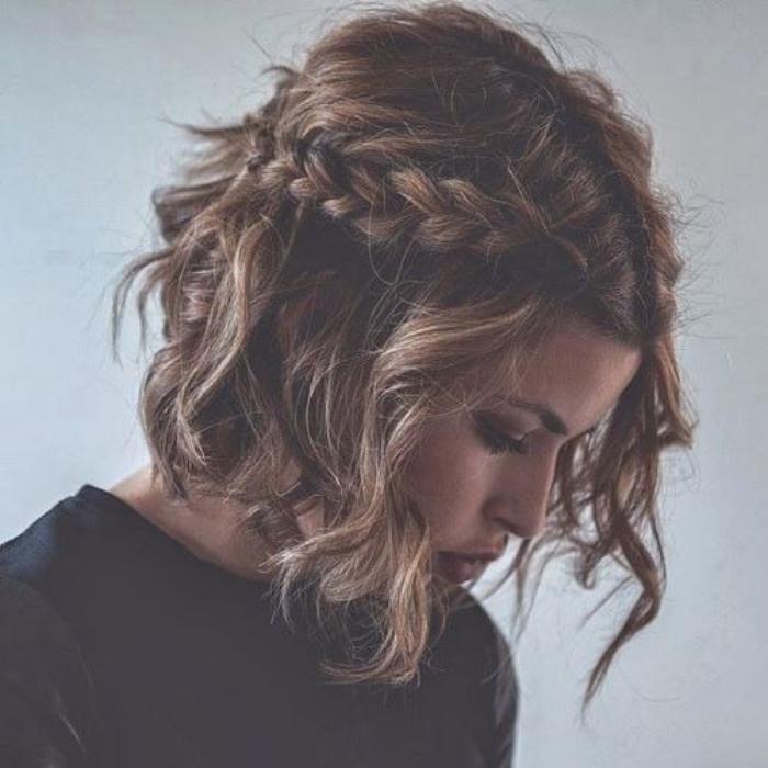 carré plongeant court et bouclé avec une tresse de coté, modèle de coiffure facile et rapide femme, style bohème, élégant