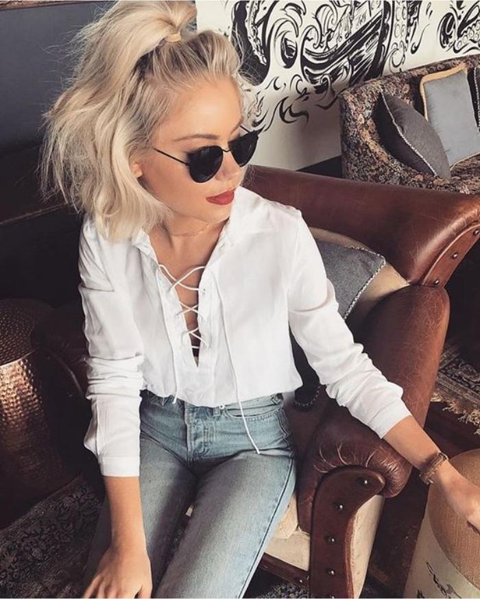 idée coiffure cheveux mi long, demi queue de cheval volumineuse, cheveux blonds, lunettes de soleil, chemise blanche et jeans