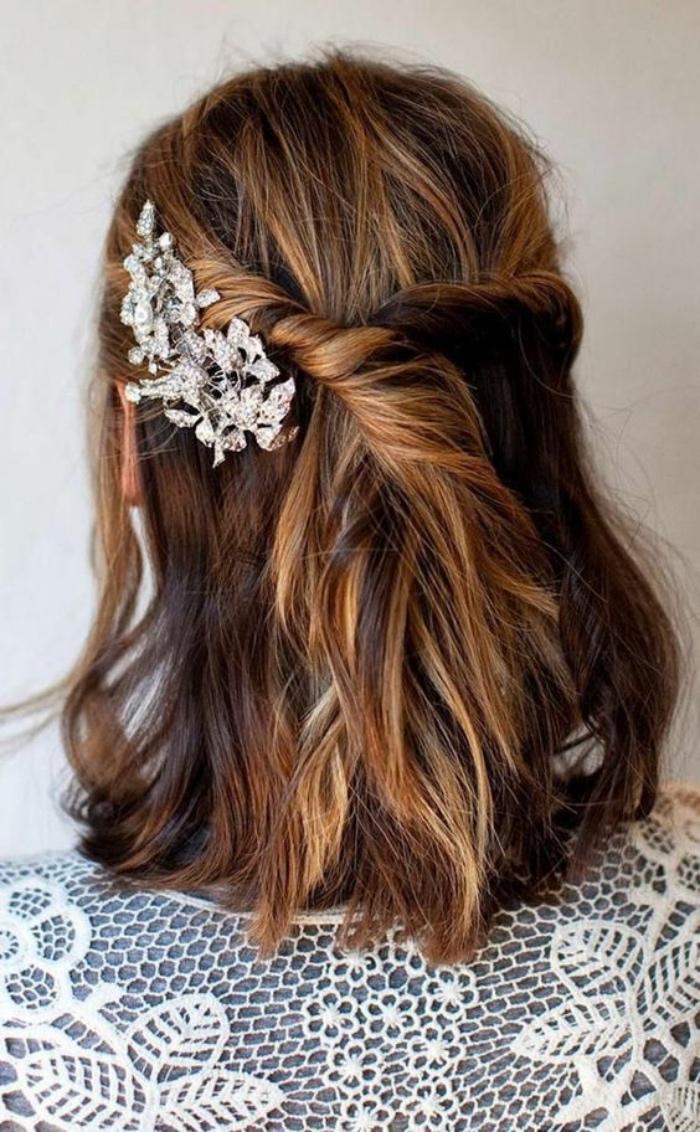 coiffure pour mariage, idée de mèches de devant entrecroisées arrière avec un accessoire cheveux élégant, coiffure simple et rapide femme