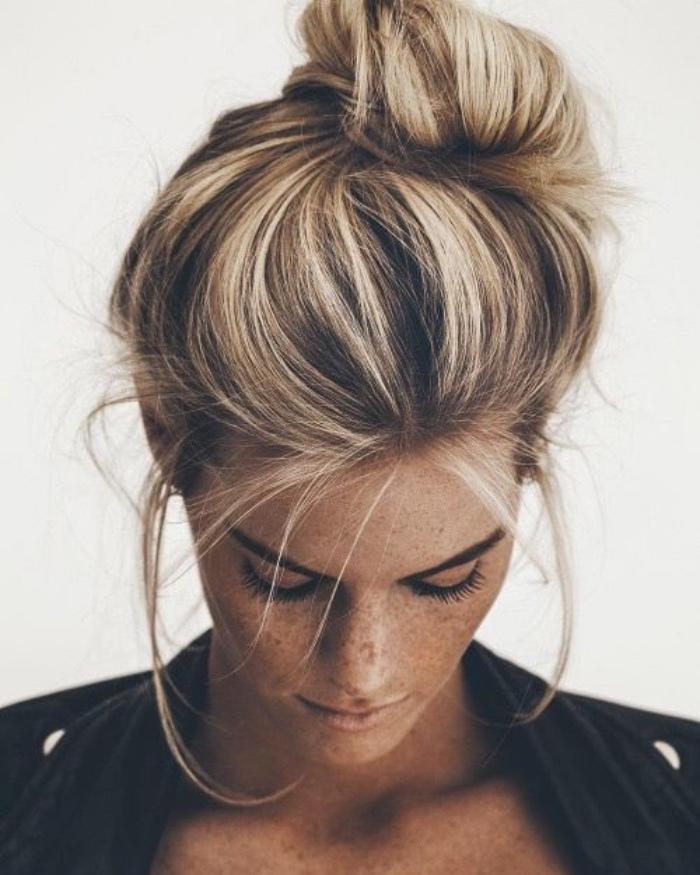 comemnt faire un chignon facile bohème chic, volumes sur le dessus, mèches des deux côtés du visage, balayage blond