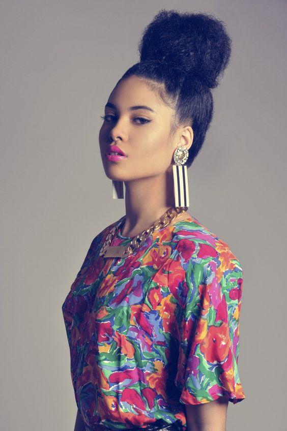 modele de chignon haut afro, idée de gros chignon volumineux, tenue pagne africaine colorée, coiffure femme stylée