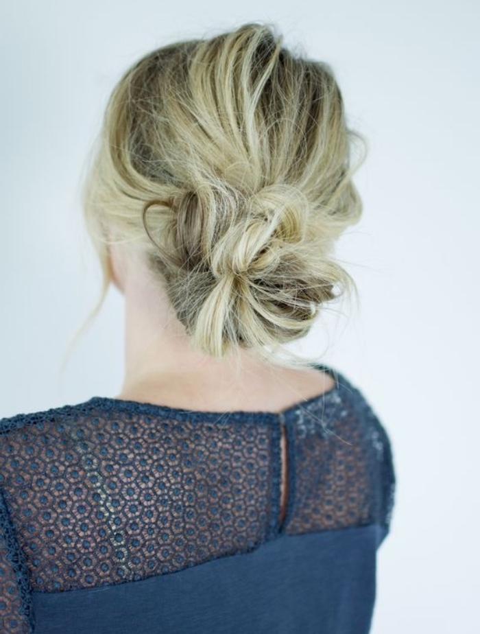 modele de chignon bas, idée comemnt faire un chignon décoiffé soi meme, cheveux longs blond