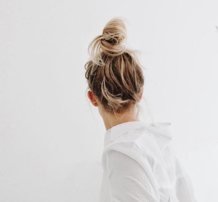 modele de chignon décoiffé haut, balayage blond, cheveux longs, coiffure facile a faire soi meme, mèches rebelles