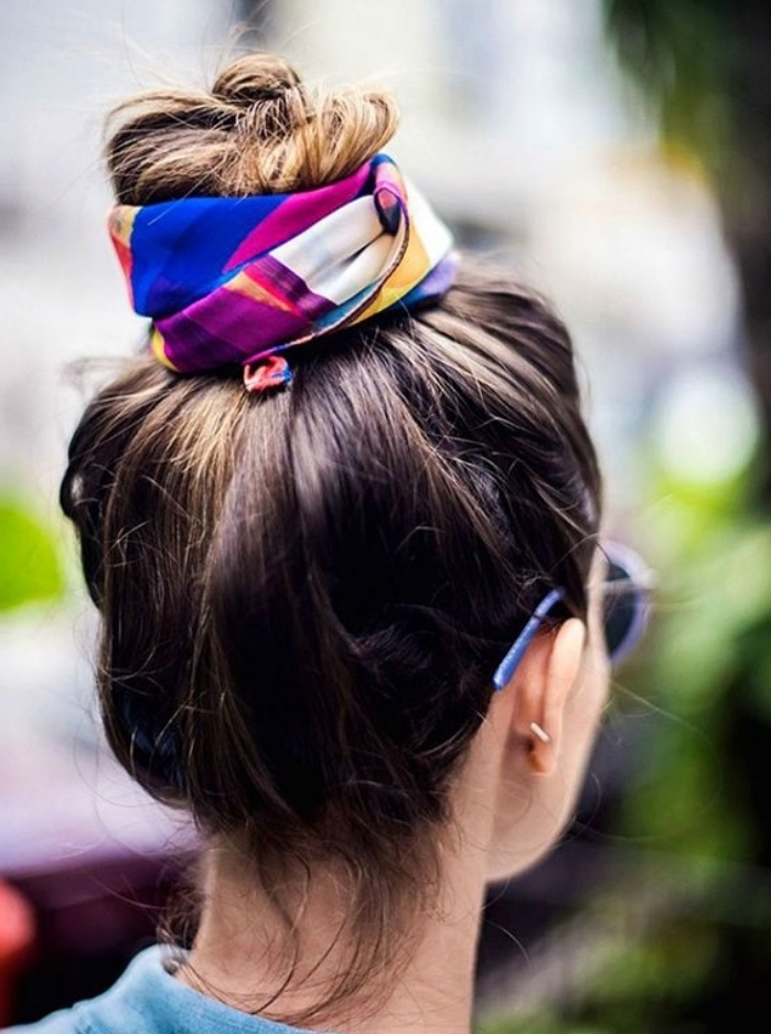 chignon haut a faire soi meme, modele de coiffure facile femme avec accessoire, foulard multicolore, look boheme