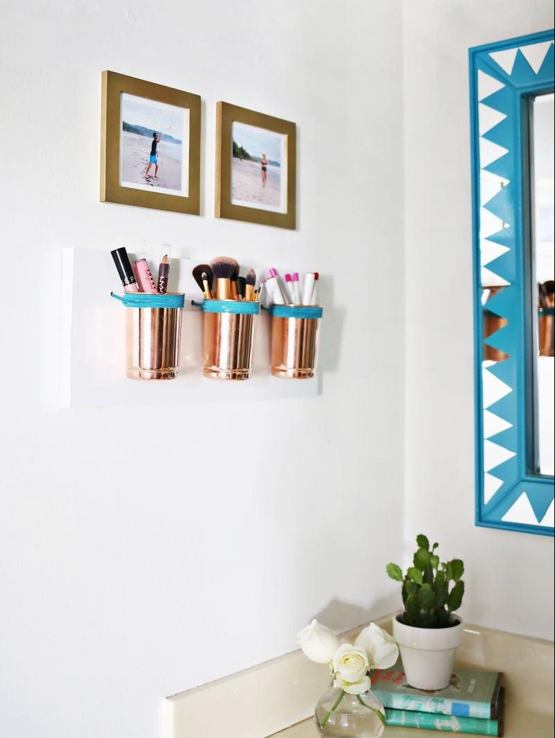 idée astuce rangement maquillage mural, rouge a levres, pinceaux, crayons, rangement sur mural sur une planche