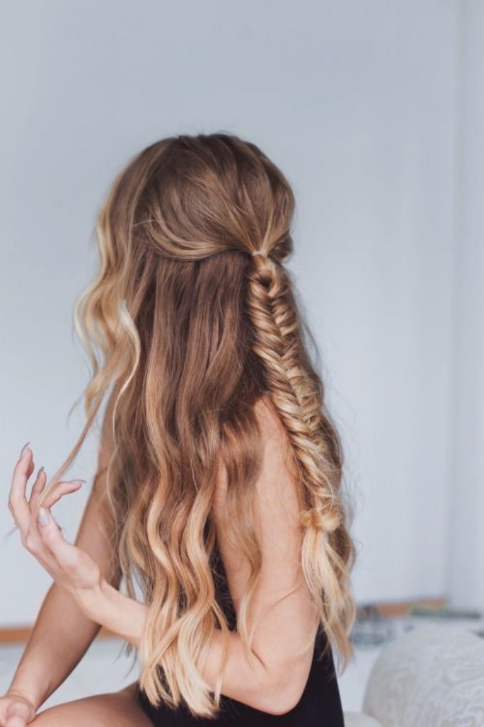idée de coiffure facile a faire cheveux longs, tresse en épi de blé au milieu, cheveux légèrement boclés