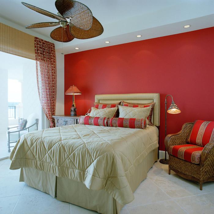peinture mur chambre rouge corail et literie beige