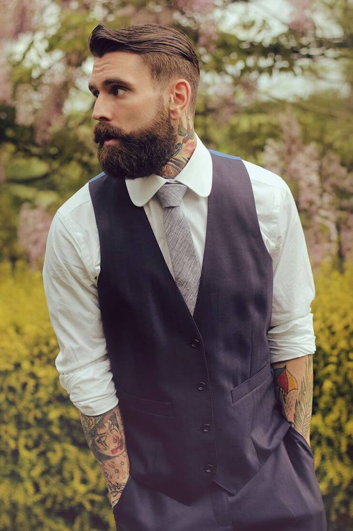 coiffure homme tendance, chemise blanche avec cravate gris et blazer noir sans manches, tatouage en couleurs pour homme