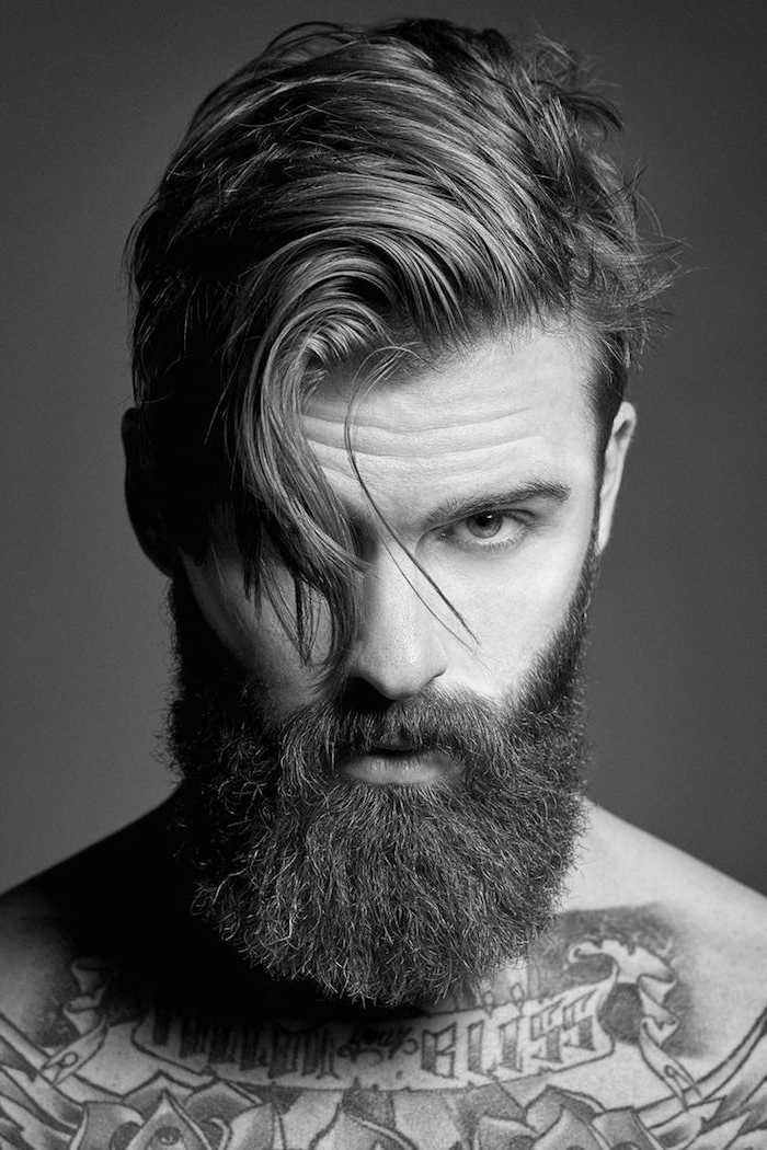 coupe de cheveux homme, coiffure coupe courte sur les côtés et cheveux longues sur le dessus, coiffure homme avec frange