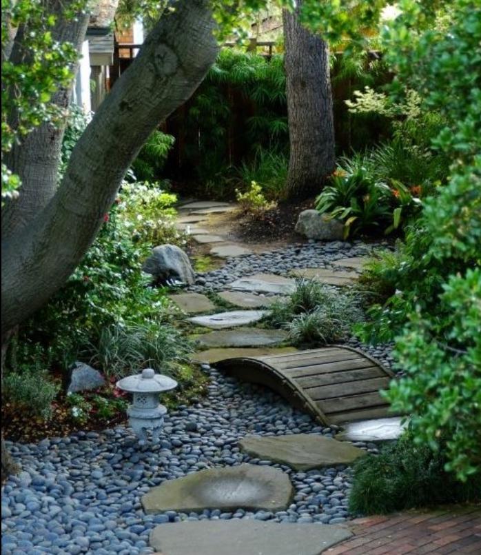 déco de jardin zen, chemin de pierres, galets, petit pont en bois, arbres et arbustes, idée amenagement jardin moderne