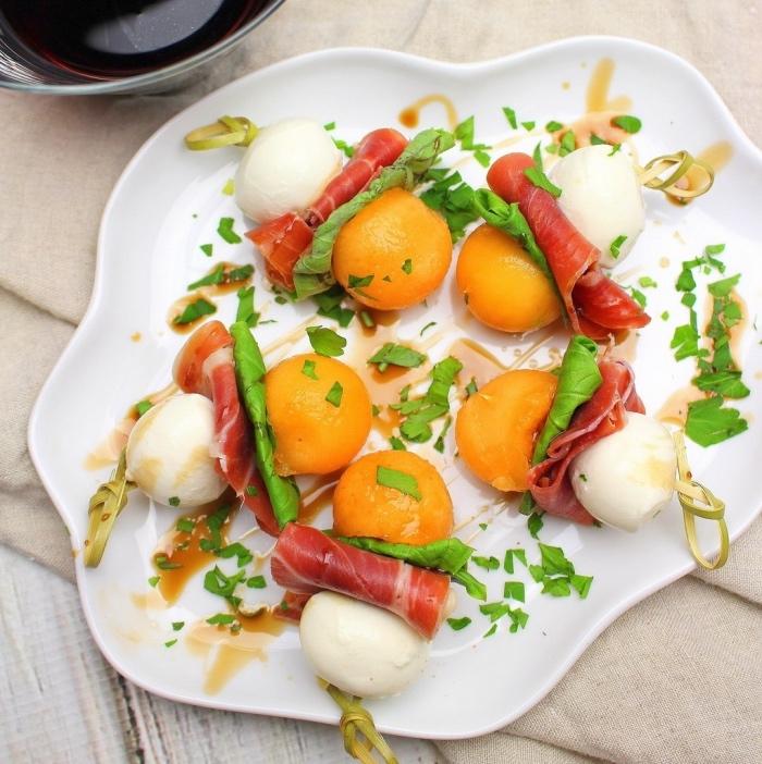 brochette apéro, recette de tapas, boules de mozza, boules de melon, jambon et feuilles de menthe, aperatif dinatoire