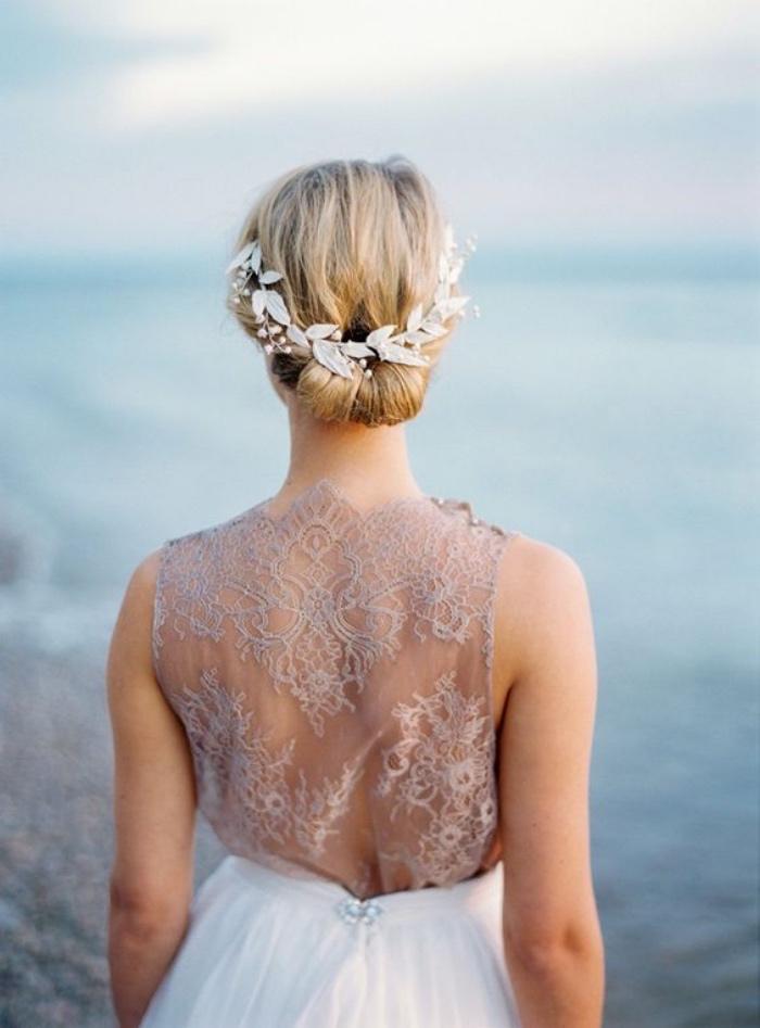 idée de coiffure chignon facile à réaliser, longs cheveux blond, une couronne de fleurs artificielles blanche, robe mariage élégante